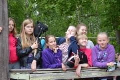 Tytöt katsomassa