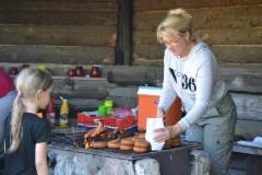 Tuulia jakoi kokokesän iloisesti leiriläisille ruokaa