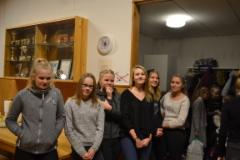 Tytöt tulossa pikkujouluihin