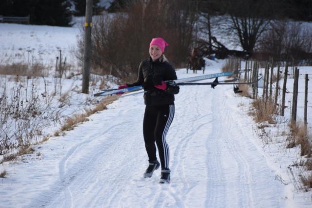 Ale reippaili hiihtäen
