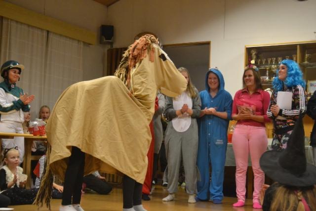 Pukukilpailun voittaja hevonen, esittäjinä Aino ja Mirka