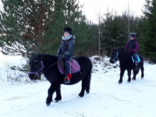 Milja ja Koralli sekä Jenna ja Rio nauttimassa lumisista maisemista
