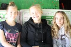 iloisia tyttöjä