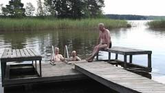 220714 Pertun mökkilaiturilla Pertti, Raimo ja Markus