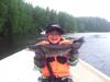 Nuoriso kalastaa Vaajavirralla