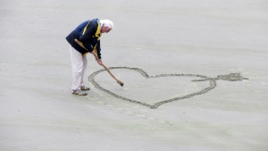 beach-elderly-love-160936.jpg