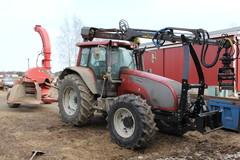 Kourakuormain traktori ja hakkuri