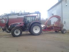 Uusi traktori ja hakkuri