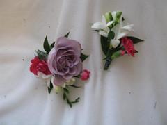 Rintakukkia, ruusu, freesia, oksaneilikka. 12 e ja 18 e