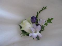 Rintakukka, ruusu, eustoma, freesia. 18 e