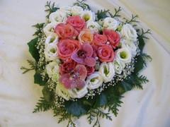 Ruusuja, eustomaa, harsokukkaa ja orkideaa sydämen muotoisena