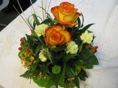 Ruusuja, neilikkaa, krysanteemia, kuismanmarjaa