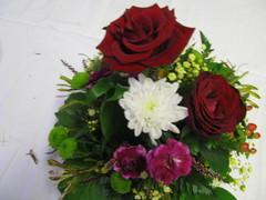 Ruusuja, krysanteemia, neilikkaa, marjaa