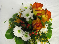 Ruusuja, krysanteemia, marjaa, harsokukkaa, syksyn lehtiä