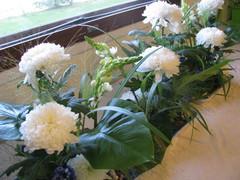 Pitkä, korkea kukka-asetelma valkoisista kukista. Järvenrantateema