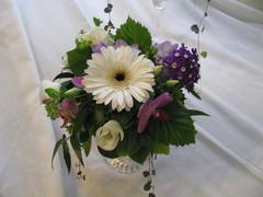Matala kukka-asetelma poikavauvan ristiäisiin.