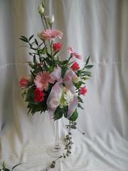 Kukka-asetelma tyttövauvan ristiäisiin