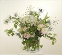 Kukkia lasimaljassa.