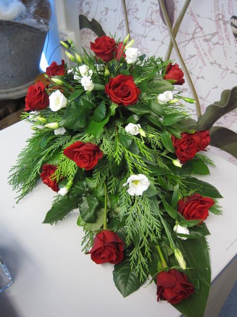 Surulaite punaiset ruusut, valkoinen eustoma
