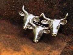 Lehmät veräjällä -rintaneula