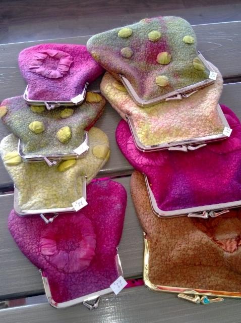 Nipsukukkaroissa on yhteenhuovutettua villaa ja silkkiä