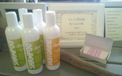 Shampoota, hoitoainetta ja ruususuolasaippuaa