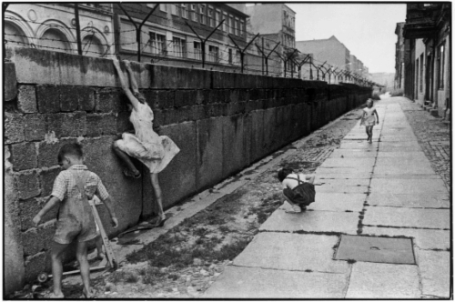 2201-the-berlin-wall-west-berlin-west-germany-1962-henri-cartier-bresson.jpg