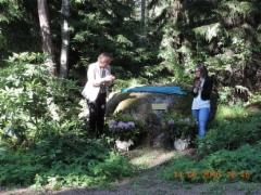 Sari Ojanen ja Tiina Elo paljastivat muistolaatan