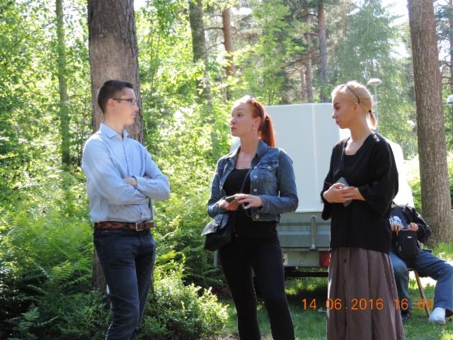 Markku Pankasalo keskustelee vieraiden kanssa