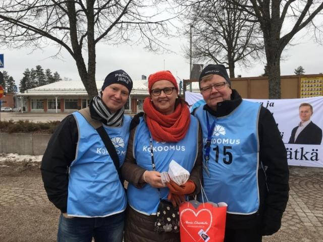 Markus Pälli, Merja Vahter ja Pasi Huhtinen Nastolan Rakokiven torilla 1.4.2017