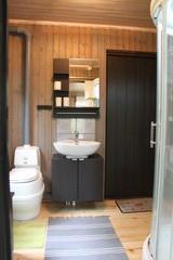 Sisä-wc, lavuaari ja suihkukaappi