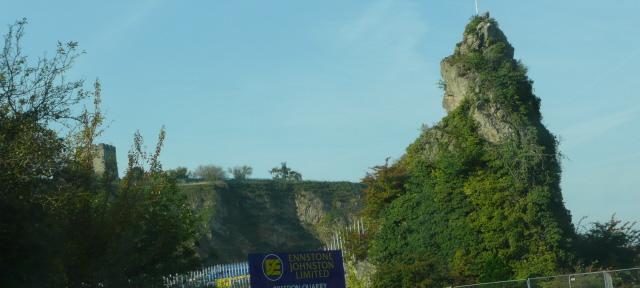 Pystysuora kallio tien varressa