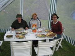 Päivällispöydässä vanhassa leirissä