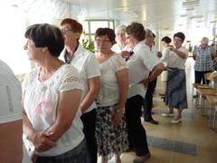 Senioritanssijat odottavat omaa esiintymisvuoroaan.