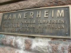 Mannerheimin patsaan teksi.