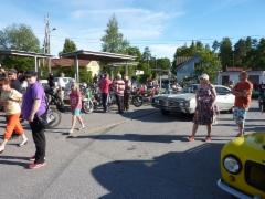 Autonäyttely veti torin täyteen yleisöä.