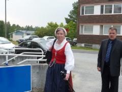 Tiinalla on yllään Lavian kansallispuku.