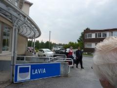 Tiina ja Juha Rampa tulossa juhlapaikalle.