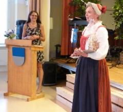 Kiitospuheen vuoro.  Kuvassa myös seuran pj. Eija Hesso.