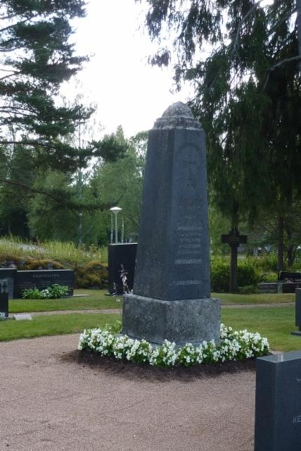 Valkoisten muistomerkki Lavian hautausmaalla.