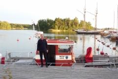 Matkanjohtaja Tapio Järvinen. Taustalla Ihana.