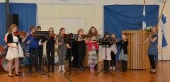 Lavian viuluniekat esiintyivät sekä koulun juhlassa että pääjuhlassa. (Kuva:Janette Loisko)