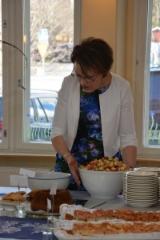Leena Huhtala juhlatoimikunnasta keittiöpuuhissa. (Kuva:Janette Loisko)