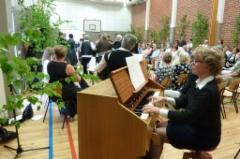 6-jäseninen purpuriorkesteri säesti tanssiesitystä.