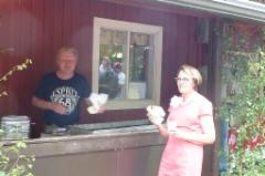 Seuran emäntä Leena Huhtala poikkesi Antt Isokallion grillillä.