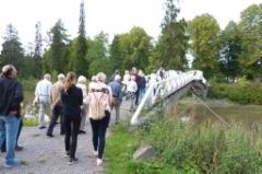 Seura retkeili elokuussa Noormarkussa ruukinpuistossa. Kuva: Heta Tuomisto