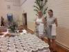 Helena Törmälä ja Laura Maja valmiina kahvituksen alkaessa.