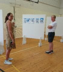 Pj ja sihteeri kokoavat näyttelyä Lawiaa-julkaisujen kansista. Kuva: Leena Huhtala