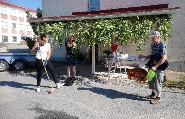 Talkoolaiset koristelemassa Suomelan koulua juhlakuntoon. Kuva: Leena Huhtala