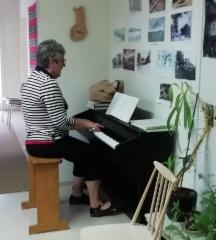 Yks tämmönen Marina Hämäläinen laulatti Tämmösten tuvalla. Kuva: Heta Tuomisto